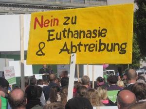 Ein Plakat drückt aus, worum es den Teilnehmern am Marsch für das Leben geht (Foto: JoBo, 9-2013).