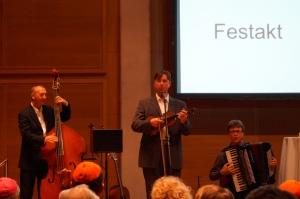 """Für die musikalische Unterhaltung sorgte das """"Trio Scho"""". Foto: Josef Bordat."""
