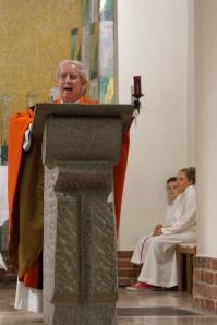 Pfarrer Alexander Nitsche bei der Predigt zu Pfingsten, in der er für 50 Jahre Priesteramt dankte und an einige wichtige Wegbegleiter erinnerte. Foto: JoBo (06-2014).