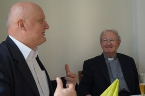 Der Pfarrer der Gemeinde Sankt Norbert, Izidor Pecovnik (links), gehörte zu den ersten Gratulanten.