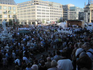 """Tausende Katholiken"" (Tagesspiegel). Ja, kommt hin! Foto: JoBo, 6-2015."