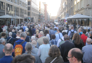 Einmal ums Eck - die Prozession. Foto: JoBo, 6-2015.