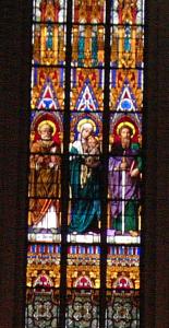 Der Schlüssel als Attribut des Hl. Petrus (zur Linken Marias mit dem Jesuskind; rechts der Hl. Paulus). Fenster in der Pfarrkirche St. Peter und Paul, Straelen. Foto: RVB, 04-2006.