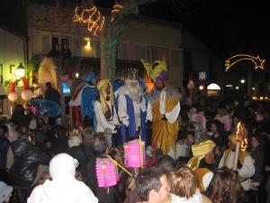 Die drei Magier auf dem Marktplatz von Alella (Katalonien). Foto: JoBo, 1-2011.